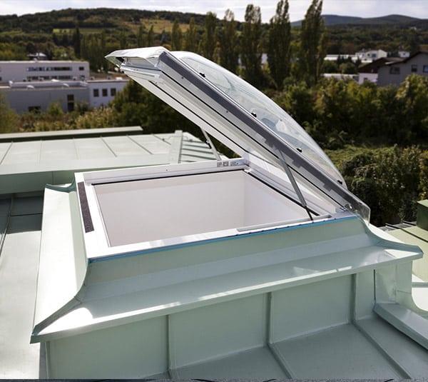 Ventana de cubierta plana VELUX con salida a cubierta VELUX