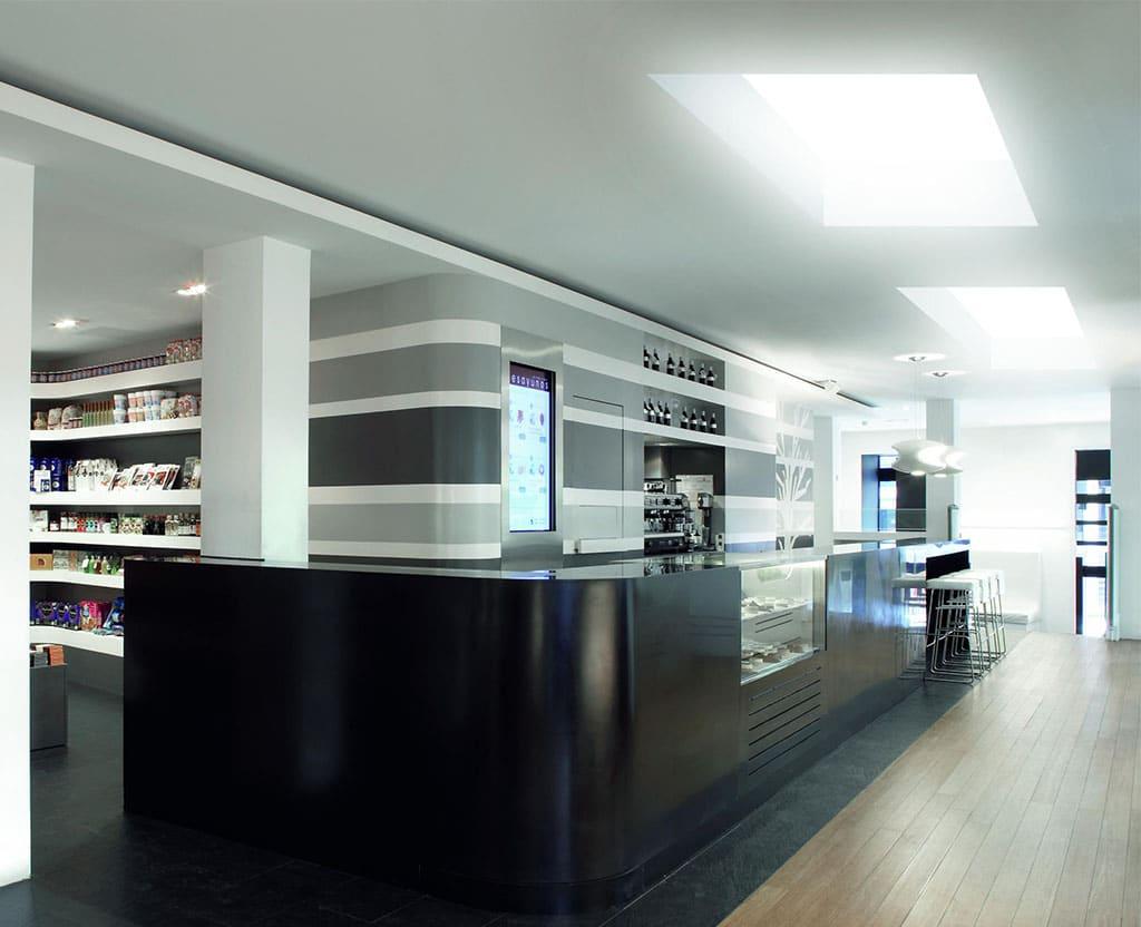 Detalle interior cafetería claraboya Sunlight de Maydisa