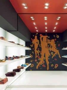 Interior tienda de ropa con puertas RasoParete de Maydisa